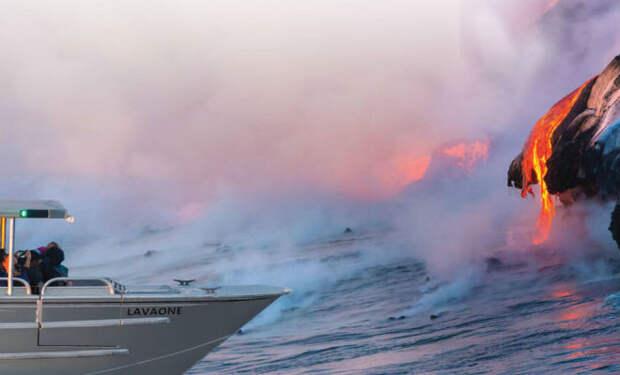 Взрыв вулканической бомбы рядом с туристами сняли на видео