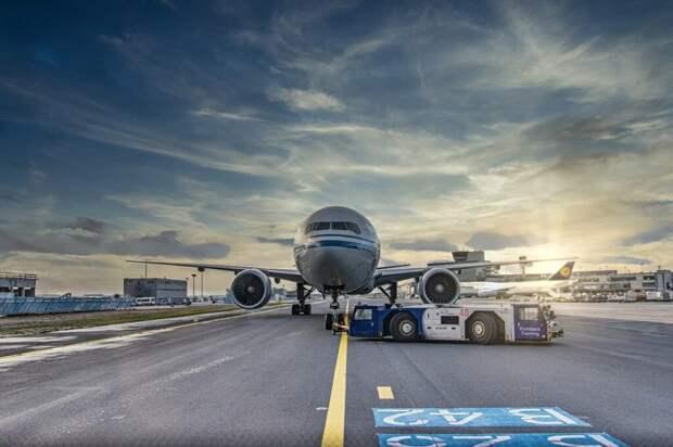 Пассажир из-за духоты открыл аварийный люк самолёта в Шереметьево