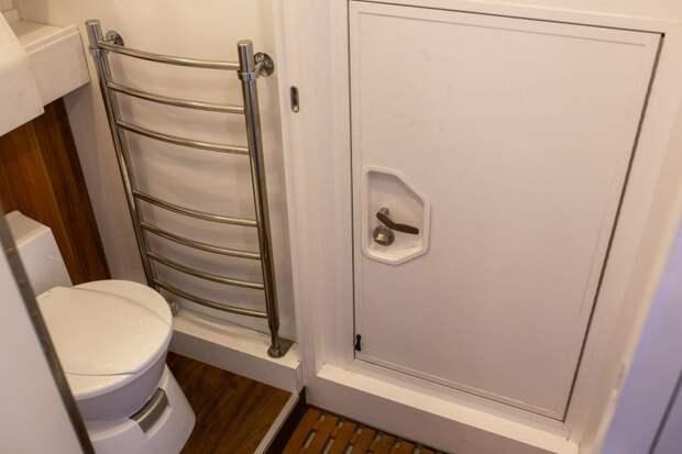 Туалетная дверь сделана довольно хитро. Она может быть в трёх положениях: закрывает только туалет (остаётся проход в кабину), закрывает общий блок душ+туалет и третий вариант когда она открыта настеж, как на этом фото. авто, внедорожник, газ, газ-66, грузовик, дом на колесах, кемпер, обзор
