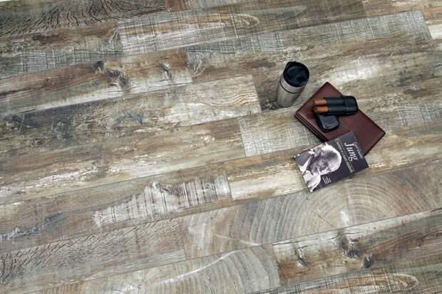 Керамическая плитка, которая выглядит как старое дерево. дизайн интерьера, полы