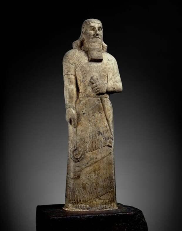 Ашшурнасирапал II сделавший своей столицей Нимруд, был вместе с сыном Салманасаром II одним из самых свирепых ассирийских завоевателей. Облаченный в парадное платье, он держит скипетр и крюк - символы царской власти