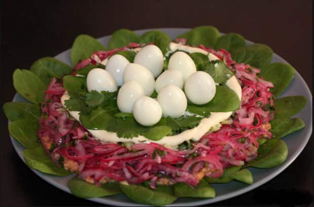 """Салат """"Курочкино гнездо"""" - вкусно, просто и оригинально!"""