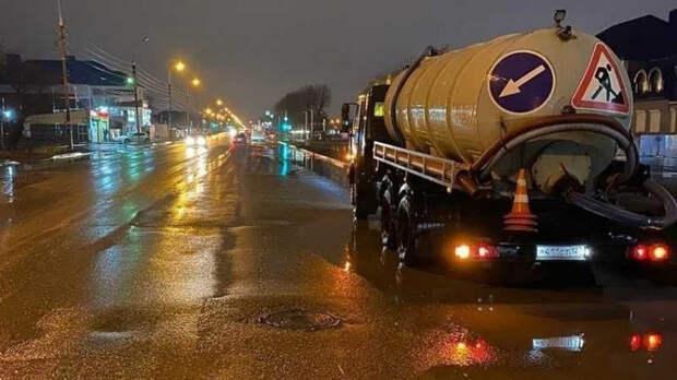 На улицах Краснодара дежурят 20 водооткачивающих машин
