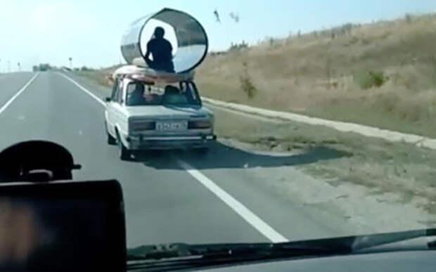 Перевозить поликарбонат решили индийским методом