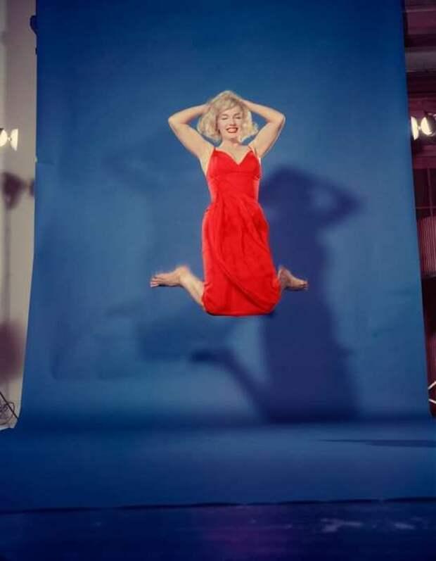 Мэрилин Монро в прыжке в 1959 году.