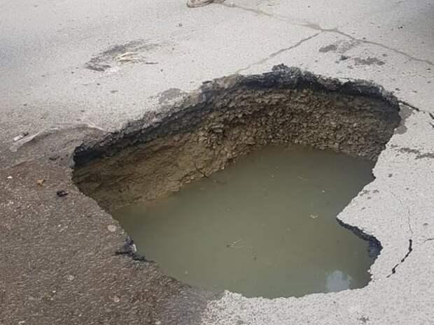 В Алуште под мусоровозом провалился асфальт. ФОТО