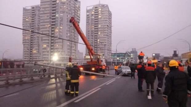 Нa Шулявском мосту в Киеве упали столбы