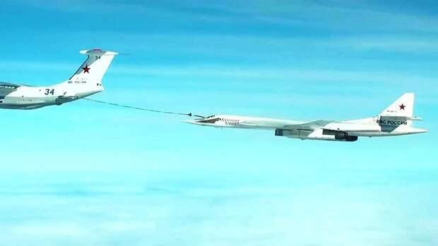 Дозаправка стратегического ракетоносца Ту-160 над акваторией Каспийского моря