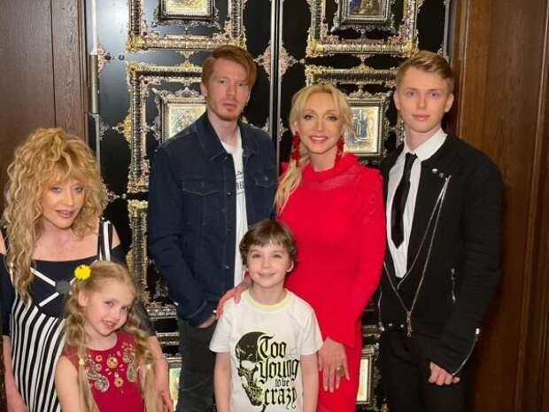 Кристина Орбакайте показала семейное фото с мамой и детьми с Дня рождения Пугачевой