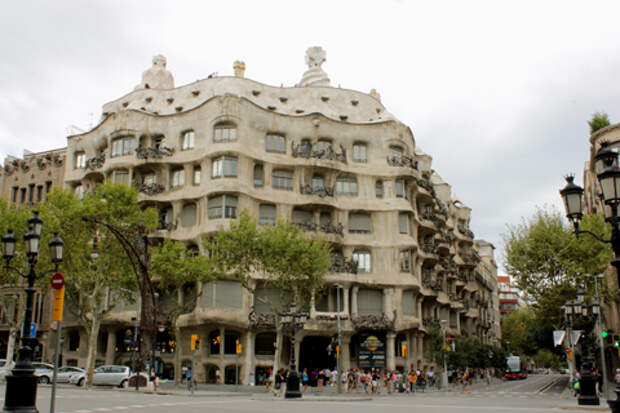 Дом Мила (Casa Mila) - одно из творений Антонио Гауди