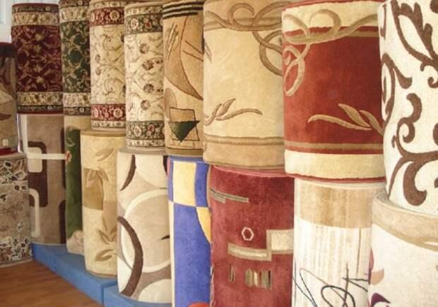 Новые ковры на прилавке магазина