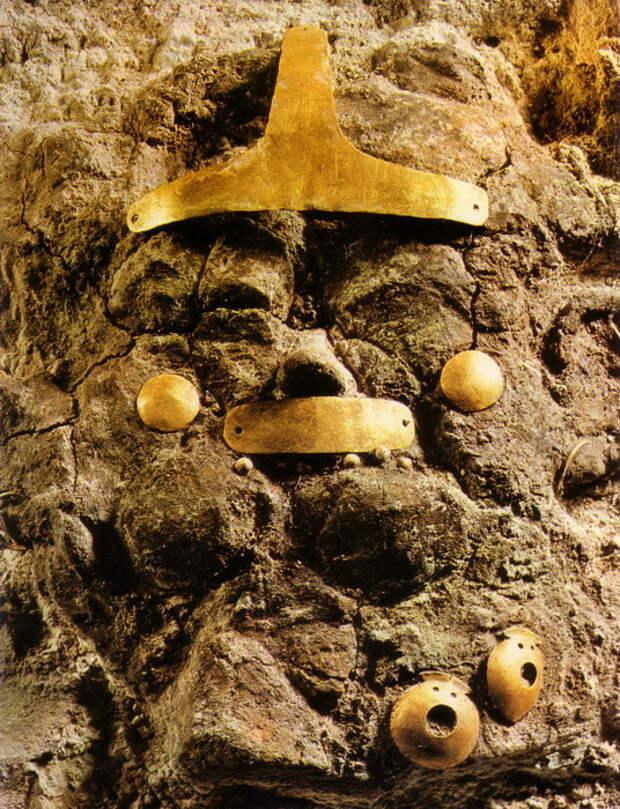 В одном из захоронений Варненского могильника: украшения на глиняной фигуре