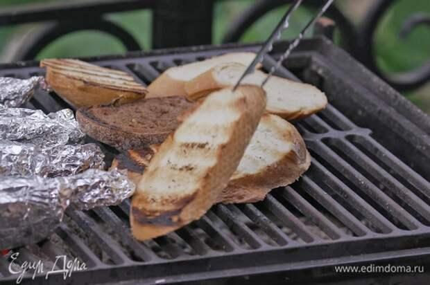 Оба вида хлеба нарезать на кусочки и слегка обжарить на гриле.
