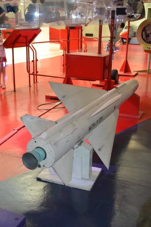 Но слабый двигатель, обеспечивавший ракете Matra R.530C полетное число Маха не выше 2.7, существенно сужал зону возможных пусков. Идущий на скорости хотя бы 2200 км/ч МиГ-25РБ (а максимальная у него была 3000) перехватить такой ракетой было бы уже практически невозможно, и даже МиГ-23 на максимальной скорости был для нее уже непростой целью. Этот недостаток был исправлен на ракете Matra R.530F Super, которая стала полностью новым изделием, не имея с прототипом ничего общего. Но эта ракета в основном шла на новый истребитель «Мираж» 2000