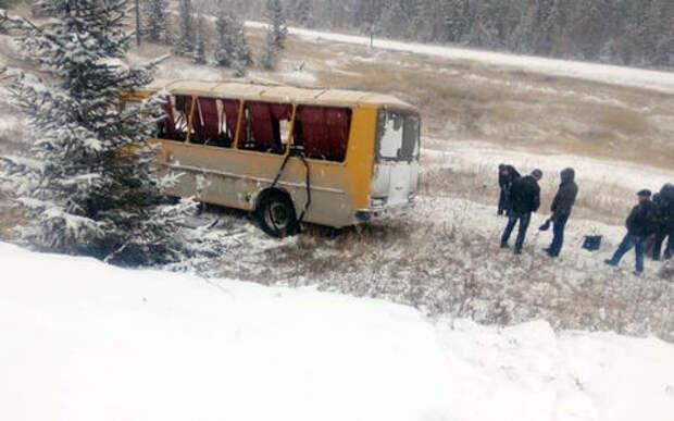 Девять человек пострадали в перевернувшемся автобусе