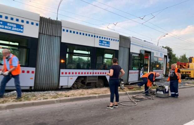"""В Щукине новый трамвай """"Витязь"""" сошёл с рельс на только что отремонтированных путях"""