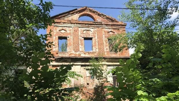 Разрушение усадьбы Марфино: рухнувший мост и заросший конный двор