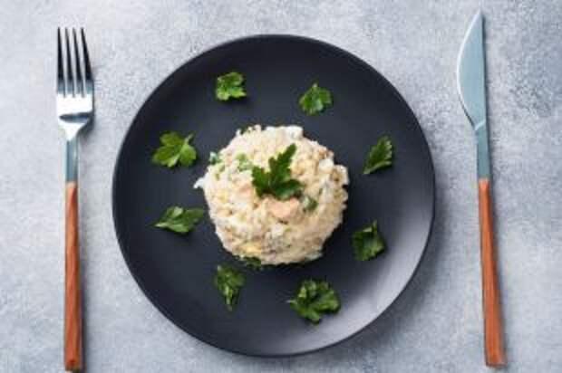 Не «Мимозой» единой. Рецепты праздничных салатов с рыбными консервами