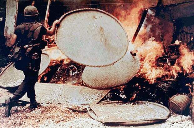 Горящий дом в Сонгми, война во Вьетнаме, март 1968 г.