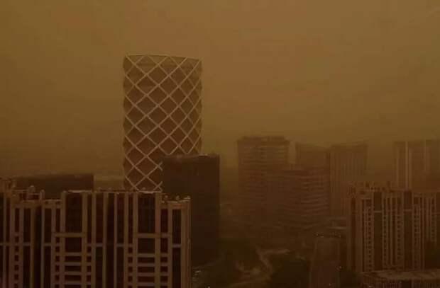 Оранжевое небо и густой смог: песчаная буря в Пекине