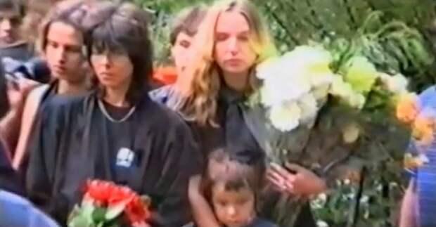 Наталья Разлогова и Марианна Цой с сыном Александром на похоронах Виктора Цоя