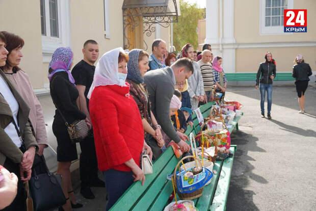 Жители Крыма отмечают Пасху: В храмах с самого утра собираются сотни горожан