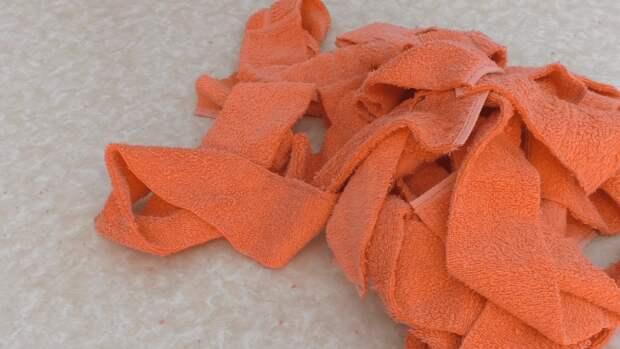 Старое полотенце легко превратить в практичную и симпатичную вещицу для создания уюта