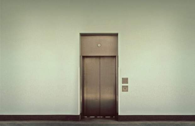 На Смольной деревянная палка «сломала» лифт