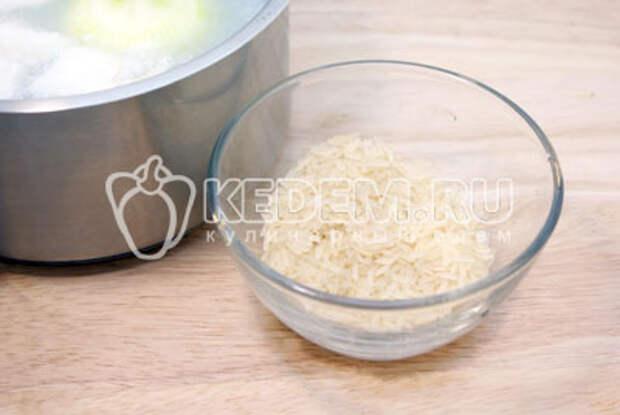 После  убрать луковицу и добавить рис. Варить еще 2-3 минуты