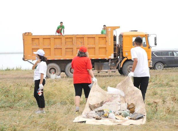 Волонтеры очистили берег озера Сарыоба в Нур-Султане