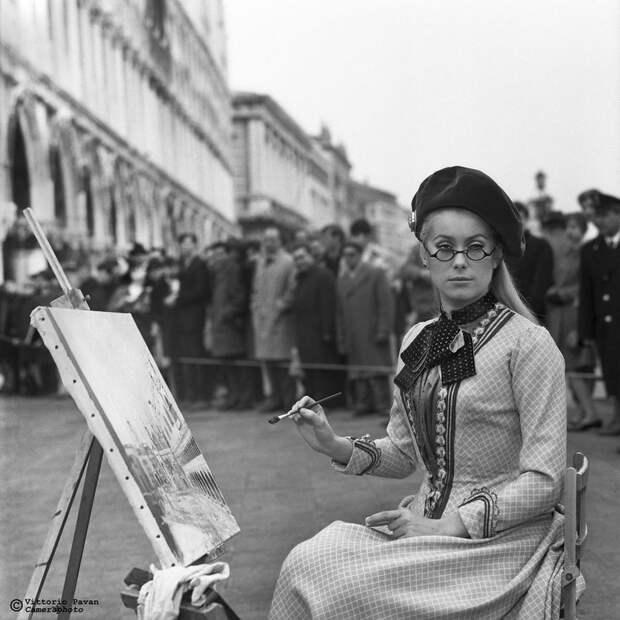 Редкие фотографии известных людей, отдыхающих в Венеции в 1950-60-е годы 7