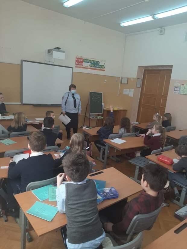 Майор полиции провела урок в школе в Ясном проезде