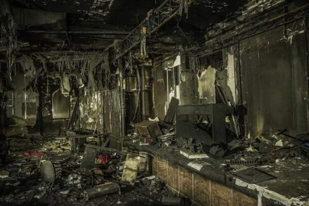 Остатки от клуба «Хромая лошадь» после пожара. Погибло 156 человек