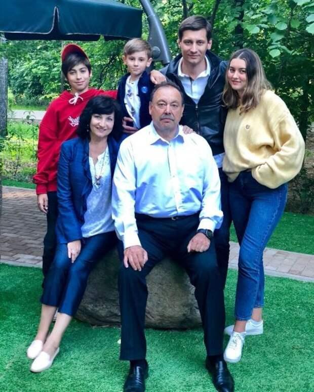 """""""Идёт зачистка нашей семьи. Это месть Дмитрию, это месть мне"""", – как сейчас живёт оппозиционер Геннадий Гудков и его сыновья. Биография, личная жизнь политика"""
