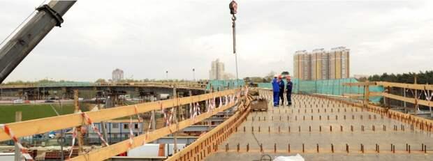 На путепроводе через МКАД по Алтуфьевке приступили к устройству опор