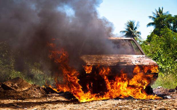 Водитель вернулся к своей горящей машине, чтобы прикурить
