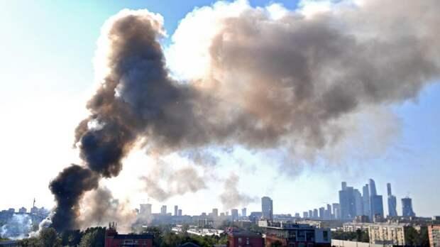 Движение транспорта на Лужнецкой набережной ограничили из-за пожара