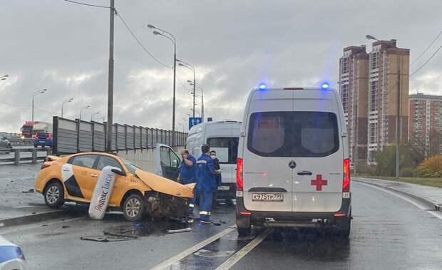 На дублере Дмитровки в Северном в ДТП серьезно пострадал таксист