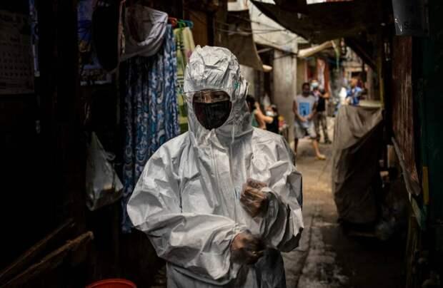 Фото дня: медсестра в трущобах Манилы