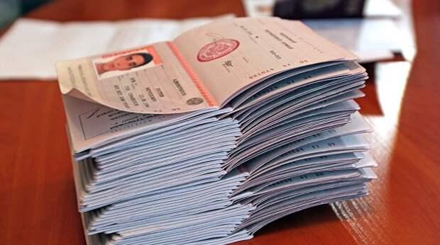 Паспортизация Донбасса как часть большой игры: Зеленский может дать Порошенко закончить начатое