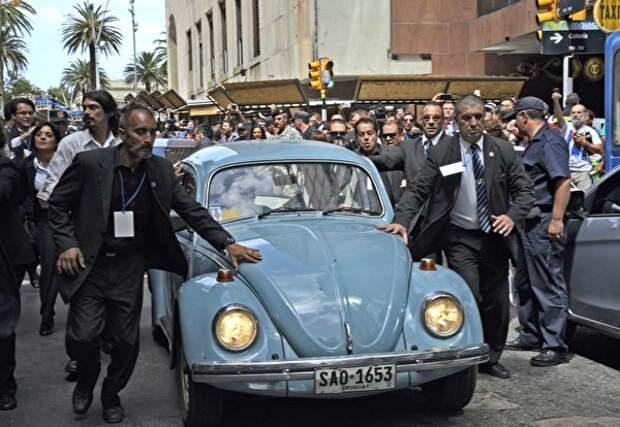 Бывший президент Уругвая Хосе Мухика в своем автомобиле Volkswagen 1987 года