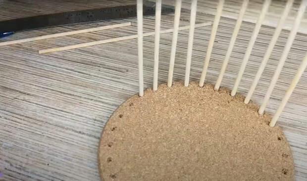 Из простой подставке под горячее из FixPrice можно сделать красивое плетеное кашпо