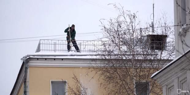 В Ростокине ведутся работы по очистке кровель домов