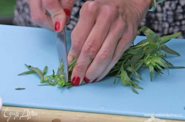 Тархун измельчить ножом, добавить ко второй части сливочного масла. Посолить и все перемешать.