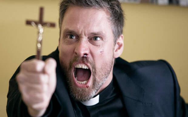 Мужик выгнал всех из церкви, закрылся в ней и голым залез в купель