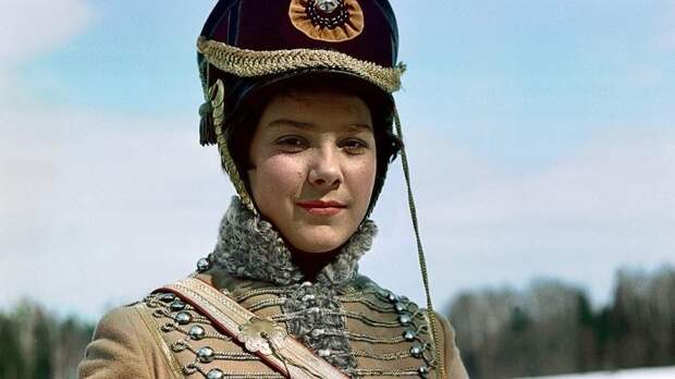 Лариса Голубкина в роли корнета Азарова. / Фото: www.kommersant.ru