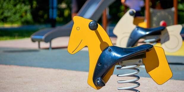 На детской площадке в Куркине починили качели