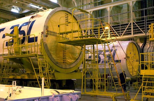 Две ракеты-носителя «Зенит-3SL» в зале морского пуска в Лонг-Бич (2002), предназначенные для запуска спутника связи PanAmSat Galaxy IIIC