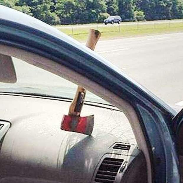 На шоссе топор влетел в лобовое стекло авто, в мире, дорога, за рулем, опасно, подборка, прилетело