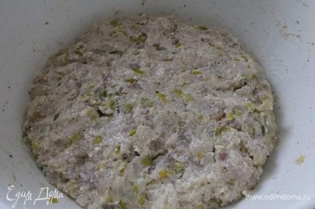 Фарш хорошо перемешать, накрыть крышкой посуду и дать постоять 30 минут.